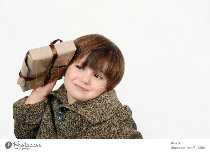 hmmm Socken? Oder doch ein Auto?! Mensch Kind Weihnachten & Advent Gefühle Junge Denken Feste & Feiern Stimmung Geburtstag Kindheit Geschenk niedlich Neugier Überraschung hören brünett