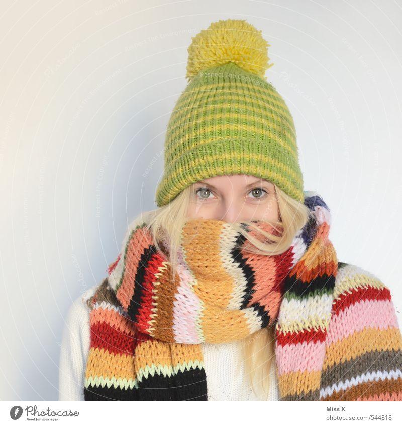 Eingekuschelt Krankheit stricken Mensch feminin Junge Frau Jugendliche 1 18-30 Jahre Erwachsene Winter Bekleidung Stoff Schal Mütze kalt kuschlig Wärme