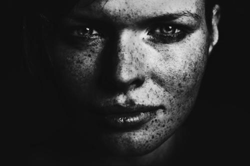 Look feminin Frau Erwachsene Auge 1 Mensch 18-30 Jahre Jugendliche Coolness Willensstärke Macht Tatkraft schön Erfolg Sommersprossen Schwarzweißfoto