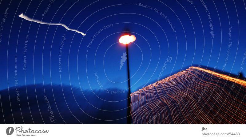 ZOOM Lampe Laterne Licht Nacht Hausbeleuchtung Lichterkette Streifen Lichtstreifen weiß Zoomeffekt Langzeitbelichtung Abend Mond Himmel blau orange