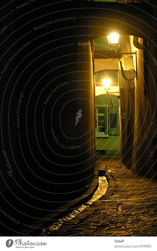 Freiburger Gasse Freiburg im Breisgau Stadt Nacht Laterne Licht Bach Gewässer Straßenbelag heimelig Außenaufnahme Langzeitbelichtung Deutschland Leuchtkörper
