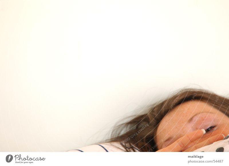 morning glory II Morgen aufstehen wach Bett weiß Hand Kissen schlafen Frau Finger Fingernagel Nagel Müdigkeit Kopf Gesicht Decke Auge Punkt Kopfkissen