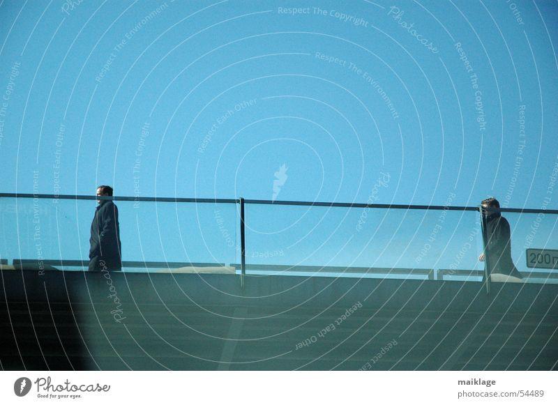 Brückenköpfe Mann Spaziergang gehen 2 Mantel Geländer Himmel blau Schönes Wetter Graffiti