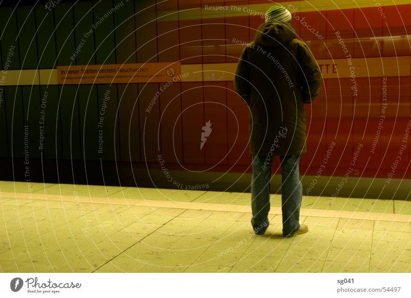 bahn kommt Mensch grün rot Einsamkeit warten Eisenbahn Geschwindigkeit fahren U-Bahn Bahnhof kommen Fahrplan