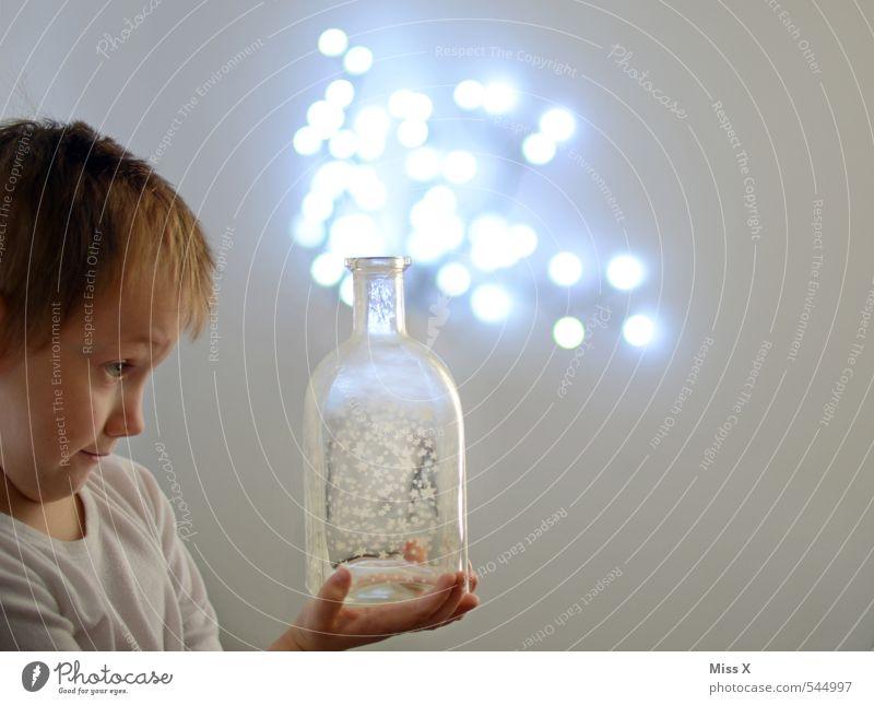 Zaubertrank Mensch Kind Gefühle Junge Lampe außergewöhnlich Stimmung fliegen maskulin glänzend Kindheit leuchten Energiewirtschaft Energie Getränk Stern (Symbol)