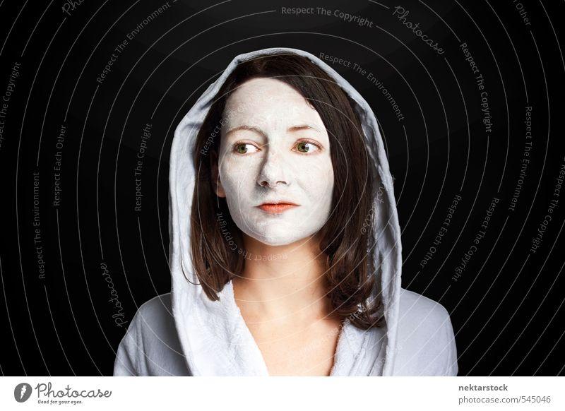 Frau mit Gesichtsmaske und Bademantel schön Körperpflege Haut Behandlung Wellness Wohlgefühl Zufriedenheit Erholung Kur feminin Junge Frau Jugendliche Kopf 1