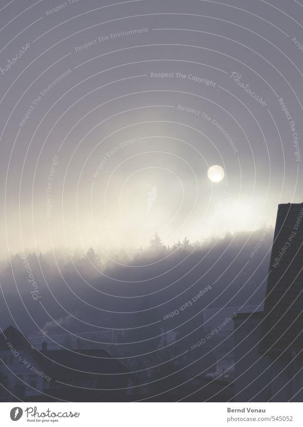 Hinterm Vorhang Stadt Stadtzentrum Haus Mauer Wand Fenster Dach trist blau braun gelb grau Wald Nebel Berge u. Gebirge Rauch Sonne Scheibe verdunkeln
