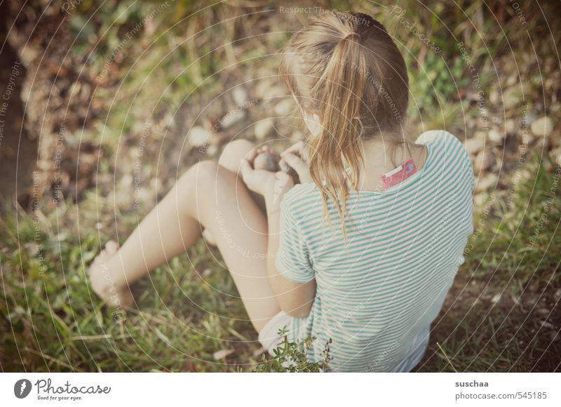 steinesammlerin feminin Kind Mädchen Kindheit Leben Körper Haut Kopf Haare & Frisuren Arme Hand Beine Fuß 1 Mensch 8-13 Jahre Umwelt Natur Sommer Gras Sträucher