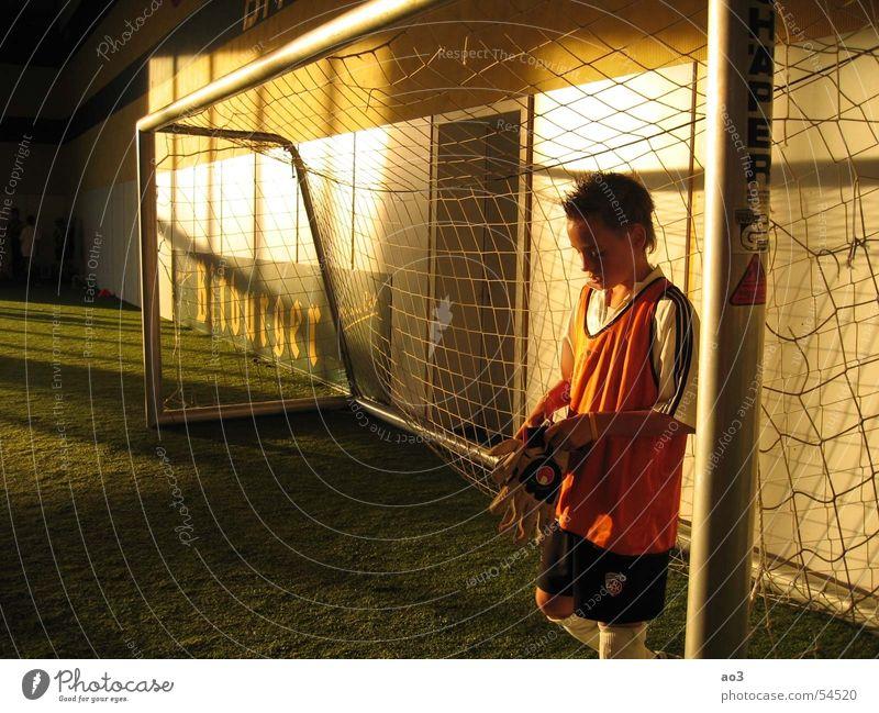vor dem Elfmeterschießen... Torwart Handschuhe Licht Sonnenuntergang Kunstrasen Trikot rot gelb weiß Dämmerung Einsamkeit Wiese grün Fußballtor