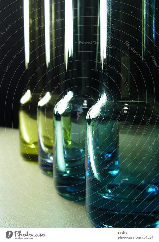 eins nach dem anderen Glas Flasche Vase Dekoration & Verzierung Reihe Reflexion & Spiegelung Licht durchsichtig grün blau gelb schwarz silber dunkel