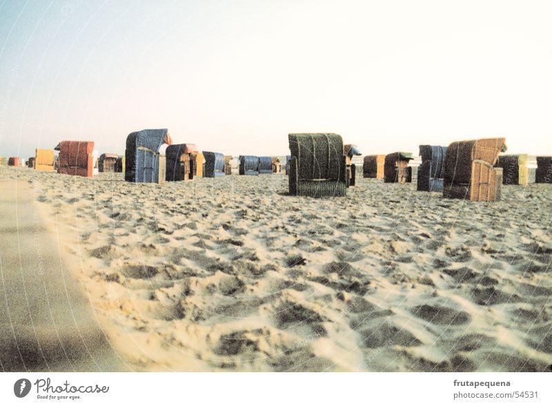 Menschenleerer Strand Natur Himmel Meer Sommer Strand Ferien & Urlaub & Reisen Einsamkeit Sand Deutschland frisch Europa Nordsee Strandkorb Wattenmeer Saison Querformat