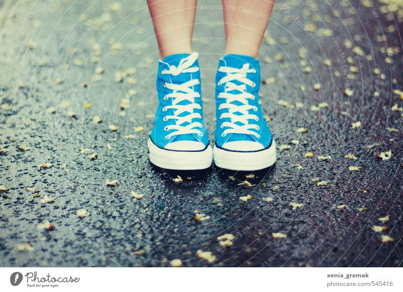 Regen unter den Füßen Mensch blau Stadt Sommer Leben Herbst Frühling Fuß Schuhe frei modern stehen wandern Schönes Wetter nass