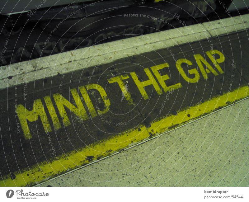 mind the gap gelb Linie Eisenbahn Ecke gefährlich Schriftzeichen bedrohlich U-Bahn London London Underground Vorsicht Text Öffentlicher Personennahverkehr