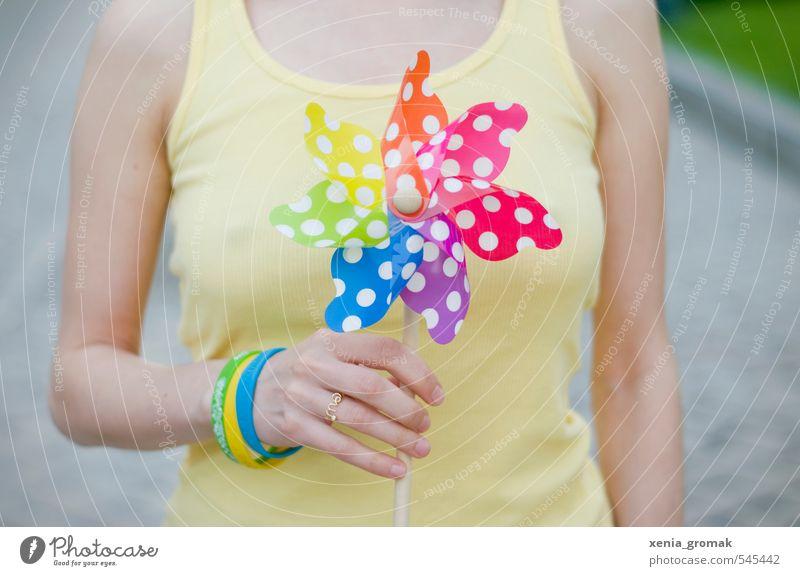 Sommerfarbe Mensch grün rot Freude gelb Leben feminin Bewegung Spielen Feste & Feiern Freizeit & Hobby Wind Zufriedenheit Lifestyle ästhetisch
