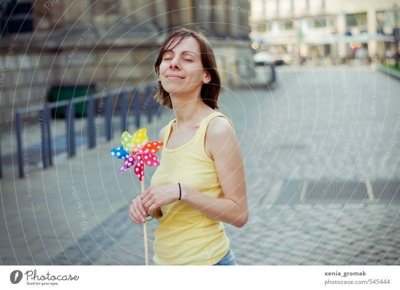 Sommerzeit Mensch Jugendliche Stadt Erholung Junge Frau Freude 18-30 Jahre Erwachsene Leben Gefühle feminin Frühling Glück Gesundheit Stimmung