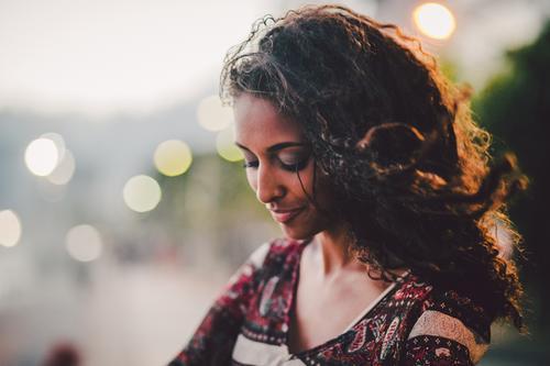 ° Mensch Jugendliche schön Sommer Erholung Junge Frau 18-30 Jahre Erwachsene Leben Traurigkeit feminin Haare & Frisuren Denken träumen braun stehen