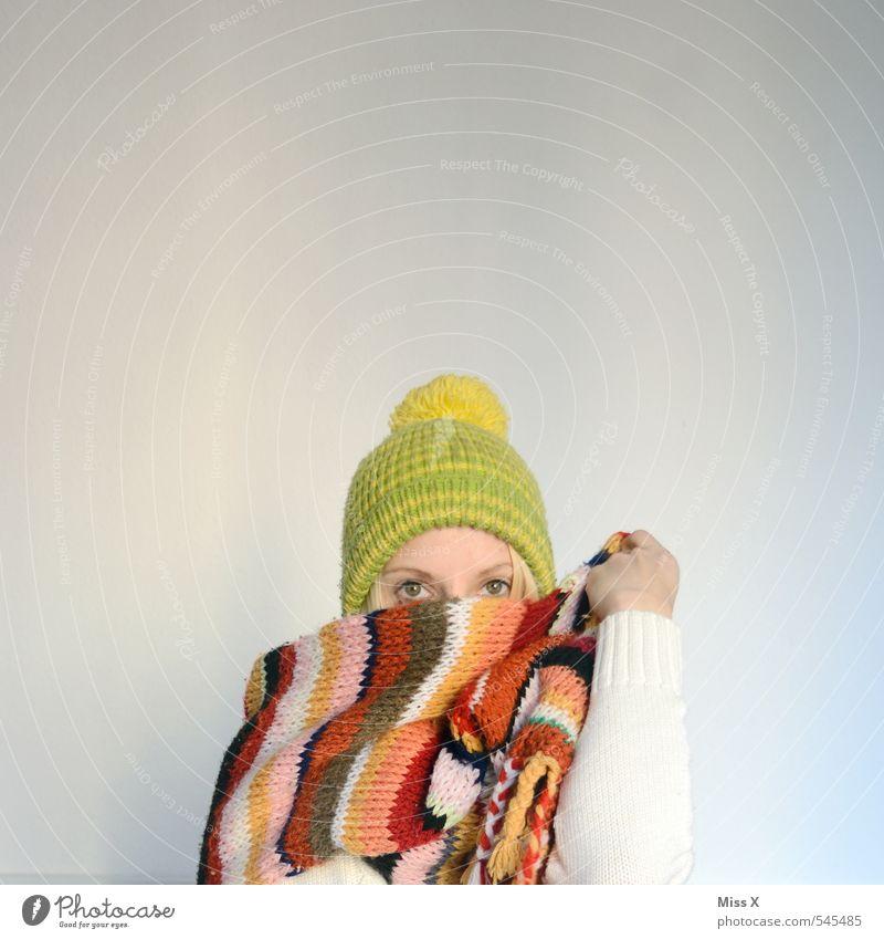 Winter stricken feminin Junge Frau Jugendliche 1 Mensch 18-30 Jahre Erwachsene Mode Bekleidung Stoff Schal Mütze kalt kuschlig Wärme Winterbekleidung