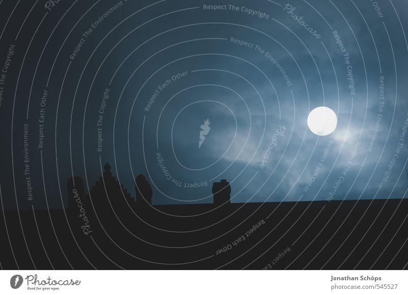 Edinburgh Castle II blau dunkel Traurigkeit Tod Architektur Gebäude Angst Nebel Dach Trauer Todesangst Burg oder Schloss gruselig skurril Mond Schornstein