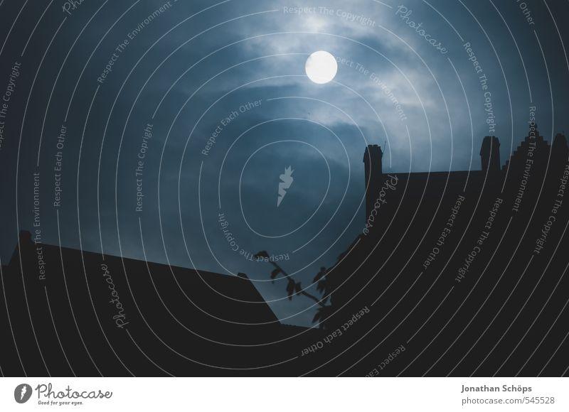 Edinburgh Castle III blau dunkel Traurigkeit Tod Architektur Gebäude Angst Nebel Dach Trauer Todesangst Burg oder Schloss gruselig skurril Mond Schornstein