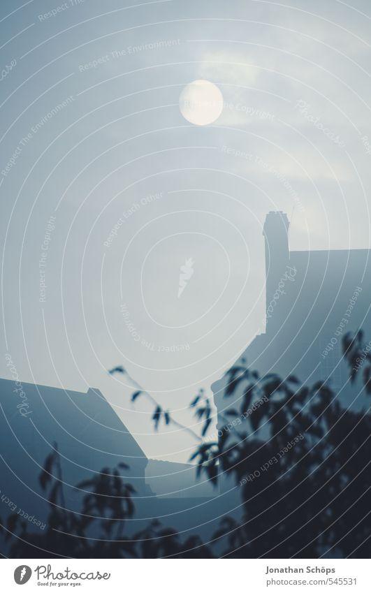 Edinburgh Castle I blau Sonne dunkel Traurigkeit Tod Architektur Gebäude Angst Nebel Dach Trauer Burg oder Schloss Bauwerk gruselig skurril Mond