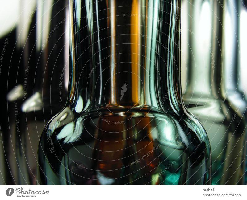 Lauter kleine bunte Flaschen Glas Vase Reflexion & Spiegelung Licht grün gelb violett rosa schwarz dunkel Detailaufnahme Dekoration & Verzierung durchsichtig