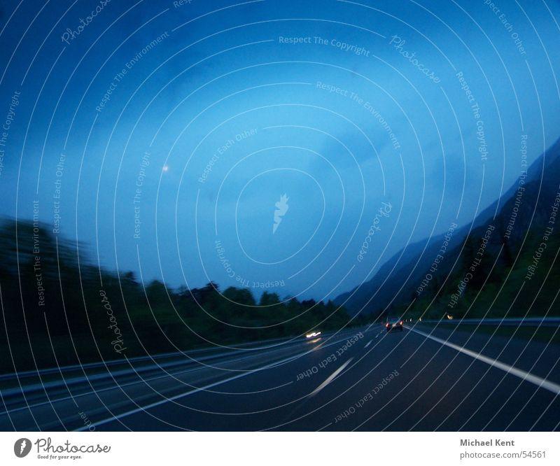 Autobahn Abendstimmung blau Wolken Straße Regen Geschwindigkeit fahren Schweiz Autobahn Abenddämmerung Gegenverkehr