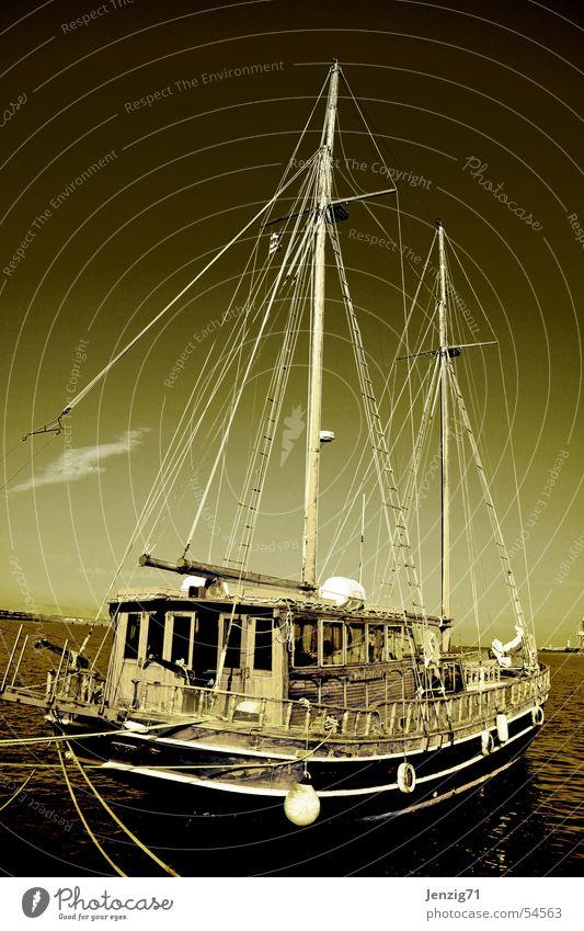 LandGang. Wasserfahrzeug Segeln Segelboot Segelschiff Schifffahrt Seemann wasser meer Strommast Hafen keine piraten in sicht