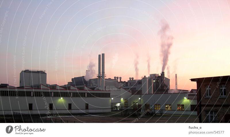 Nachtschicht rot Rauch Produktion Schichtarbeit Gebäude Abenddämmerung Himmel blau Schornstein Arbeit & Erwerbstätigkeit Kunstwerk werkshalle Fabrikhalle
