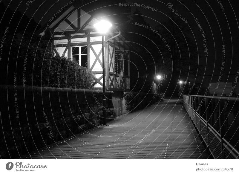 Riegelhaus ruhig dunkel Mauer Wege & Pfade Küste Laterne Hecke Fachwerkhaus