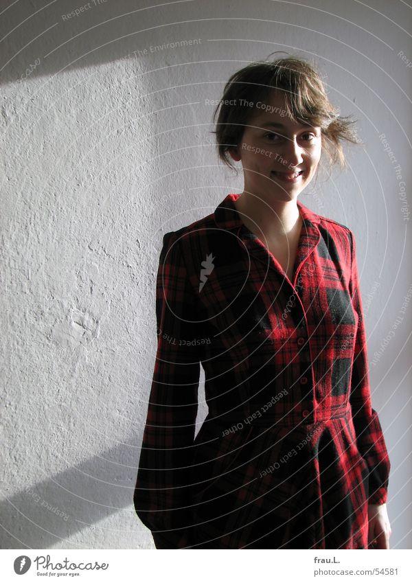 Lana kariert Schottenmuster Frau Kleid zart Wand Fenster Fröhlichkeit rot Mensch Bekleidung porträt. portrait lachen Natur ulani