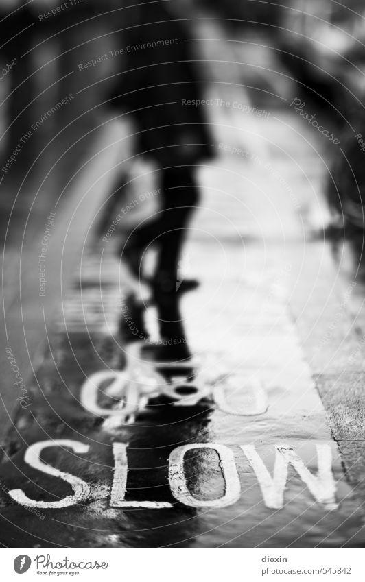 SLOW [1] Mensch Stadt Straße Wege & Pfade Bewegung gehen Verkehr Fahrrad Stadtzentrum London England Fußgänger Großbritannien langsam Fahrradweg