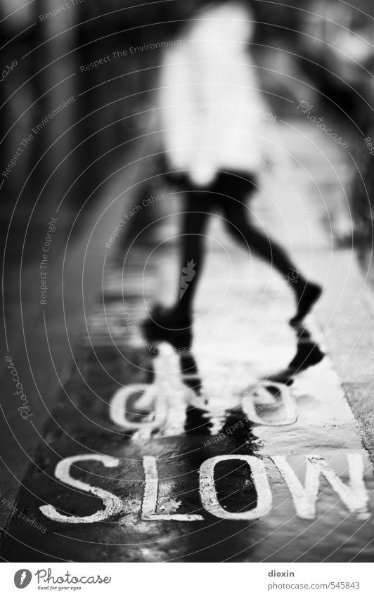 SLOW [2] Mensch 1 London England Großbritannien Stadt Stadtzentrum Verkehr Fußgänger Straße Wege & Pfade Fahrradweg gehen Bewegung langsam Schwarzweißfoto