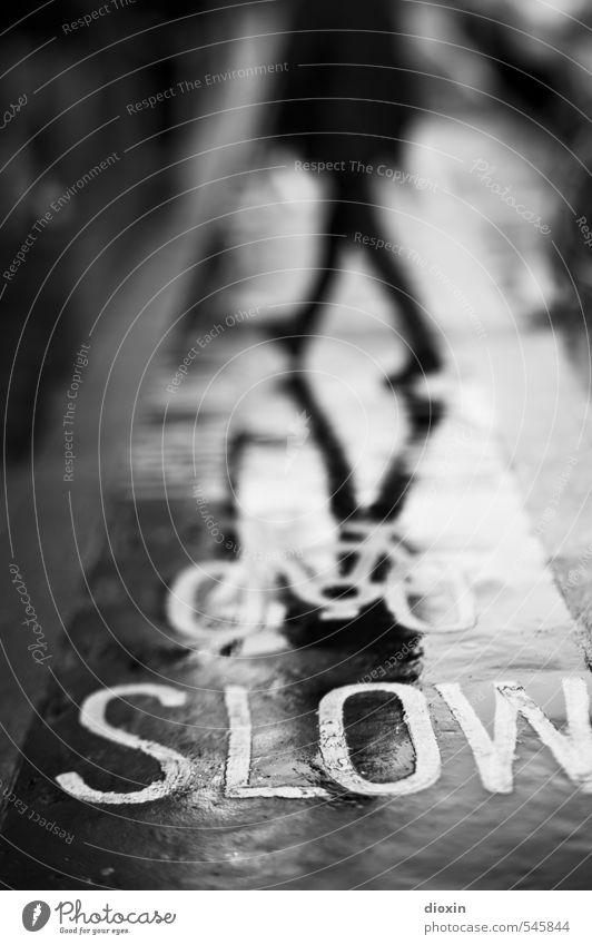 SLOW [3] Mensch 1 London England Großbritannien Stadt Stadtzentrum Verkehr Fußgänger Straße Wege & Pfade Fahrradweg gehen Bewegung langsam Schwarzweißfoto