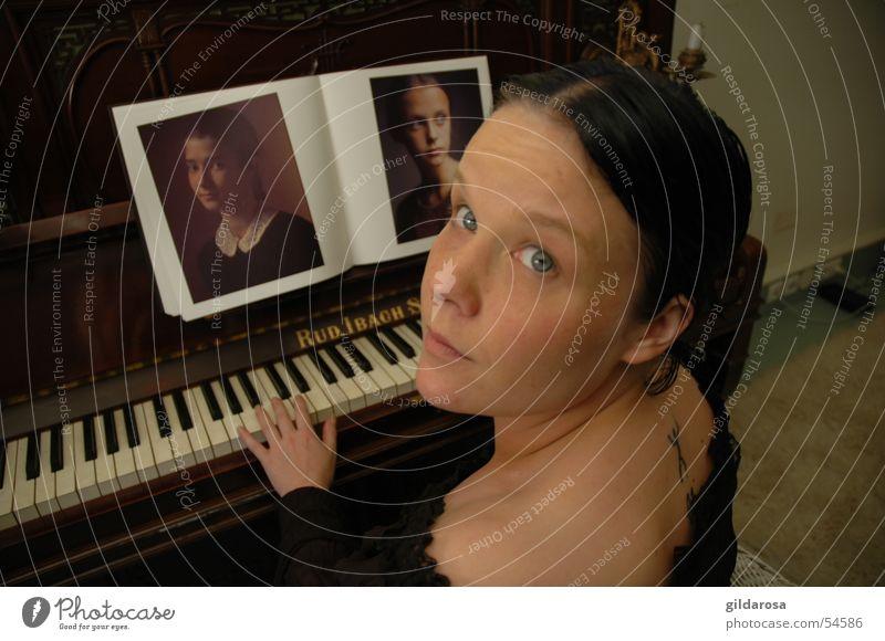 Piano forte Frau schwarz Haare & Frisuren Buch Haut Finger Musikunterricht Spitze Puppe Klavier Tattoo Schulter Teppich altmodisch Leuchter Bluse
