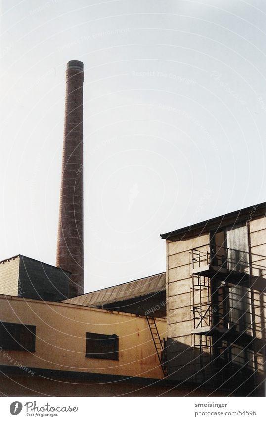 Schornstein No.2 Himmel alt dunkel Fenster Architektur Gebäude braun Arbeit & Erwerbstätigkeit dreckig hoch authentisch trist Turm Wandel & Veränderung