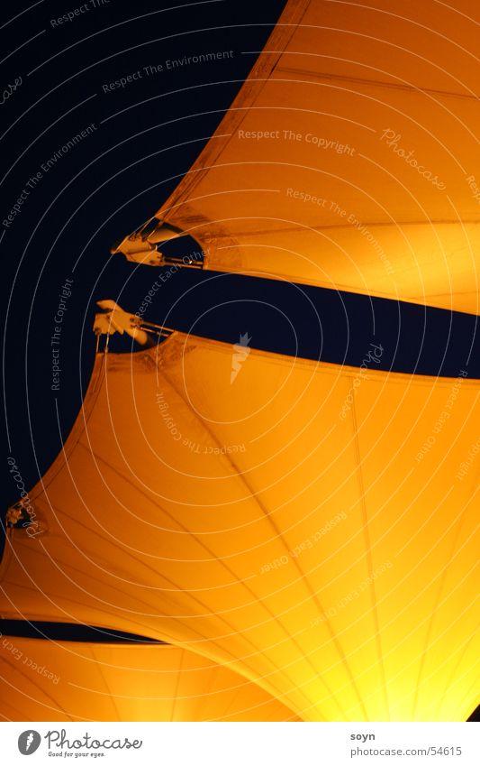 orange auf schwarz ruhig dunkel Architektur Beleuchtung Stimmung Stoff Romantik Dinge Schutz erleuchten Abenddämmerung sanft Verlauf Zoomeffekt Installationen