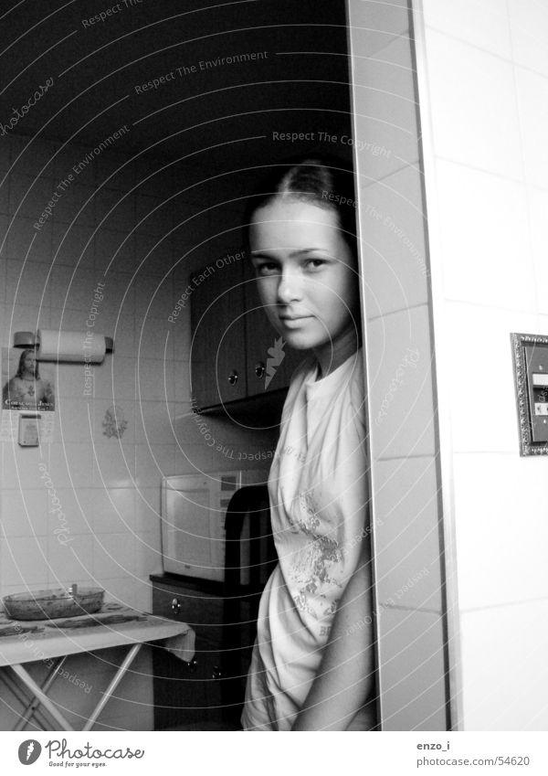 Regular people. Innenaufnahme Mädchen Jugendliche bw kitchen woman serenity