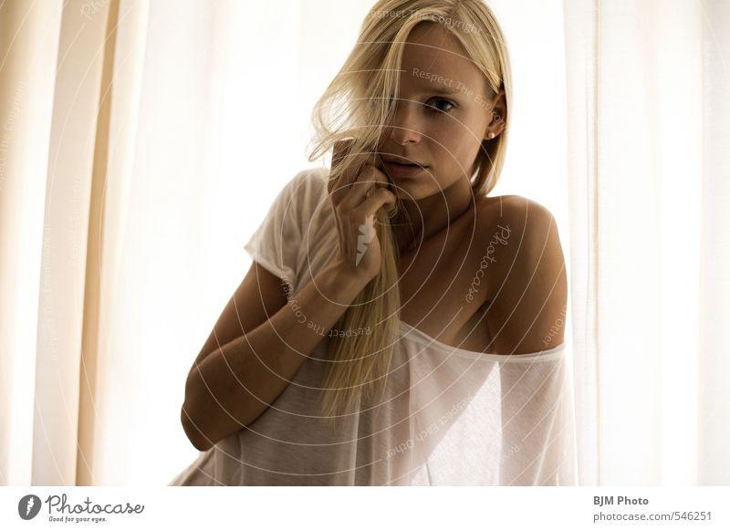 [ Tiffie ] Schlafzimmer Mensch feminin Junge Frau Jugendliche Erwachsene 1 18-30 Jahre Unterwäsche blond langhaarig Scheitel ästhetisch außergewöhnlich dünn