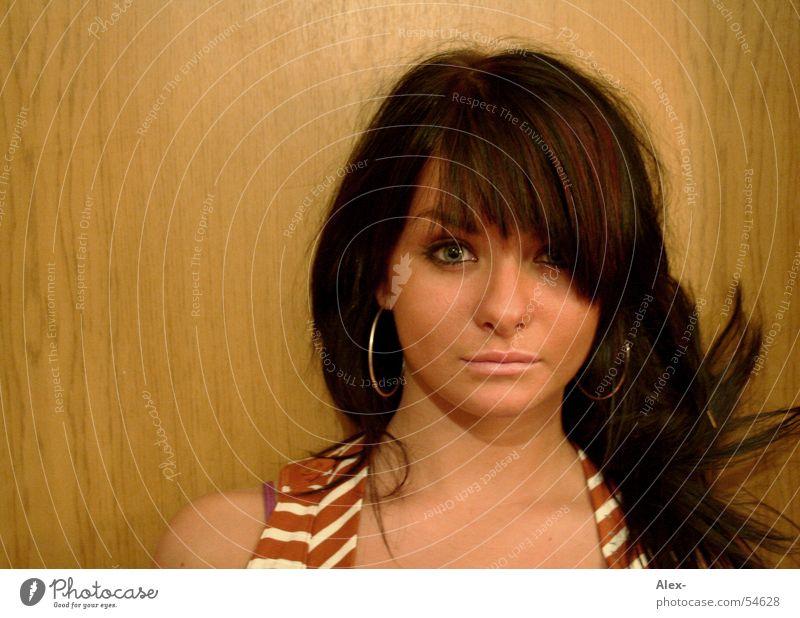 na komm schon Frau schön Gesicht Holz Haare & Frisuren braun Beautyfotografie Sicherheit süß selbstbewußt Ohrringe dominant