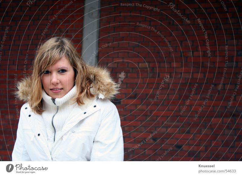 Morgens früh, es war kalt .... Frau Mensch Jugendliche schön weiß rot Auge Kopf Stein Mauer Mund Nase süß Jacke Bundeswehr Pelzkragen