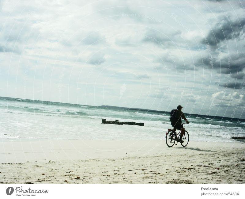 Ein Tag am Meer Fahrrad Wolken Strand Rucksack Wasser Sand blau Felsen