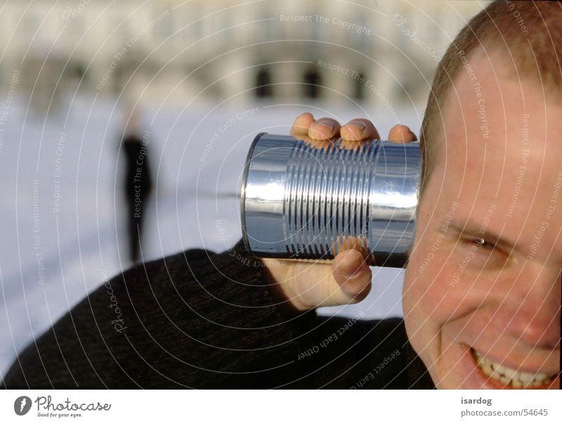 Hallo? Mann lachen Telefon Dose Telefongespräch sprechen Büchse Büchsentelefon