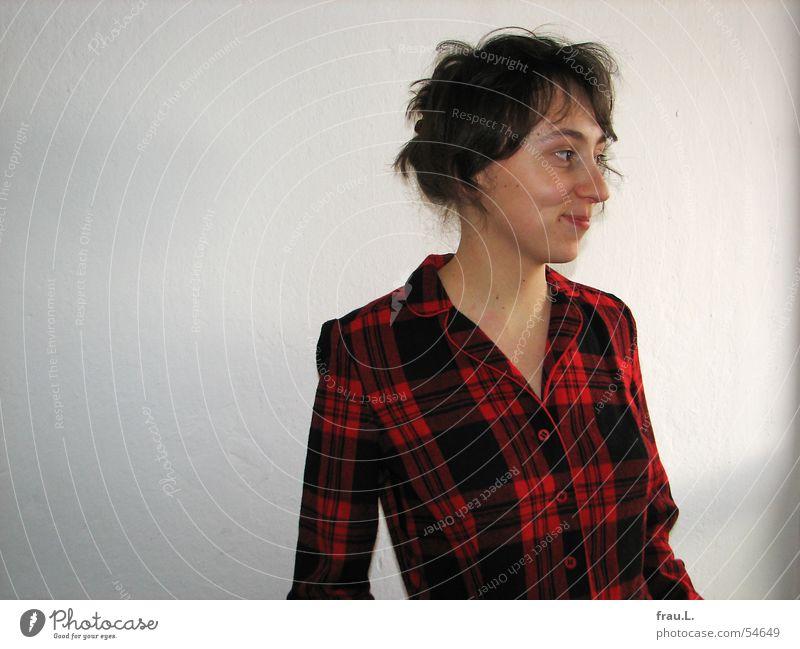 Lana lächelt Frau Natur Gesicht Wand Fenster lachen Bekleidung Fröhlichkeit Kleid zart sanft kariert Schottenmuster
