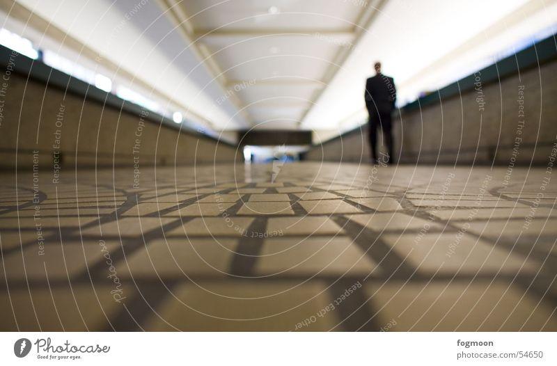 Sauberer Untergrund Mensch Einsamkeit Wege & Pfade Bodenbelag Fußgänger Unterführung