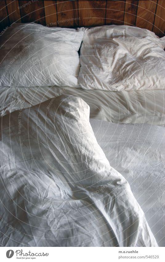 nightlife Lifestyle Häusliches Leben Wohnung Innenarchitektur Bett Hütte weiß Schlafzimmer Kopfkissen Bettwäsche Bettlaken gemütlich aufstehen Ferienhaus Holz