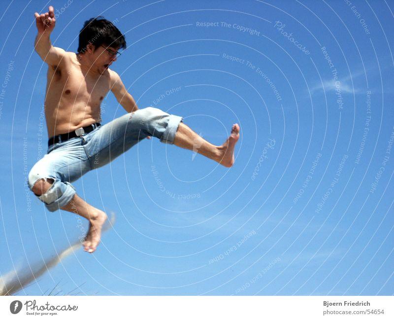 Karate Kid Mensch Himmel Mann blau Ferien & Urlaub & Reisen Sommer springen Beine Fuß fliegen Haut Luftverkehr Elektrizität Jeanshose schreien Staub