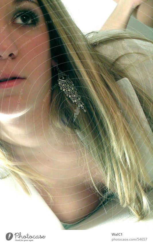 Na, was jetzt? Frau blond Schmuck Porträt Dame Haare & Frisuren Ohrringe Mund Nase Auge Gesicht liegen Beine Fuß Hals Haut