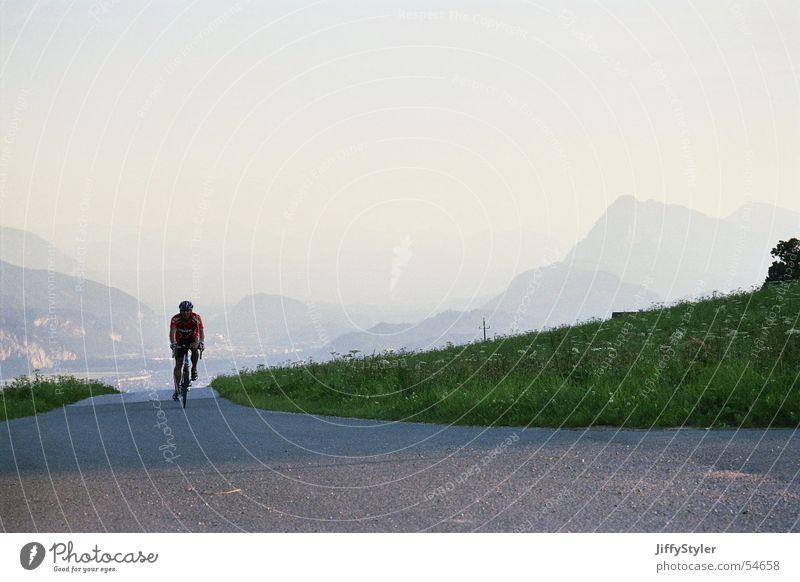Lonelyness Fahrradfahren Sonnenuntergang Wiese Einsamkeit Landschaft Berge u. Gebirge Abend Straße Wege & Pfade Freiheit Ferne klare luft