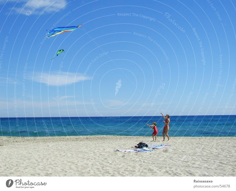 Summersaults Mädchen Himmel Meer Sommer Strand Wolken Sand Wind Bikini Drache