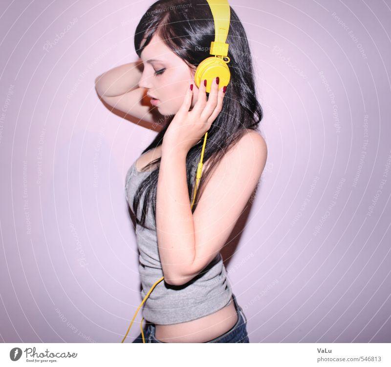 Do the Dance Mensch Jugendliche Junge Frau Freude 18-30 Jahre Erwachsene gelb feminin Glück Kraft Musik Tanzen Energie Lebensfreude Leidenschaft hören